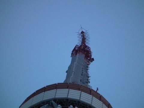 東京タワー曲がってます